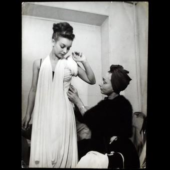 Madame Grès montando um vestido em 1945.