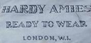 Etiqueta de Hardy Amies.