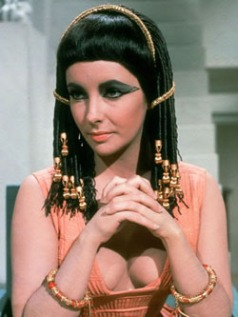 Elizabeth Taylor como Cleopatra, cabelo estilizado por Alexandre.