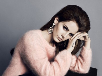 Lana del Rey usando uma peça feita com lã de Angorá tingida de rosa.