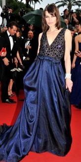 Red Carpet - Milla Jovovich vestindo Armani Privé no 66º Festival de Cannes em 2013.