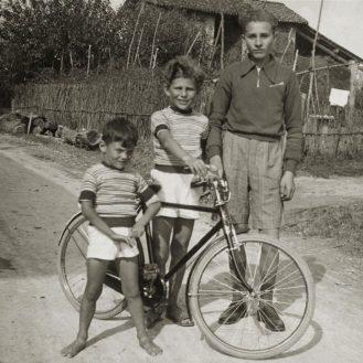 Da esquerda para a direita: Giorgio Armani, Sergio Armani e um amigo da família.
