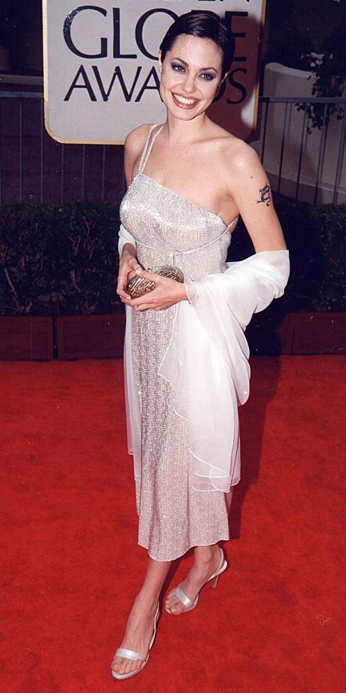 Angelina Jolie vestindo Armani Privé no 55º Golden Globes em 1998.
