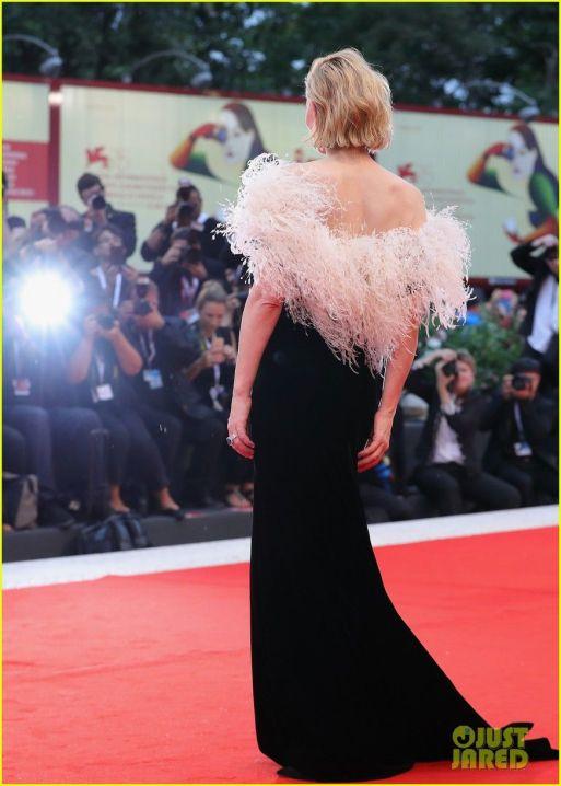 Red Carpet - Cate Blanchett vestindo Armani Privé no 75º Festival de Veneza em 2008. (costas)