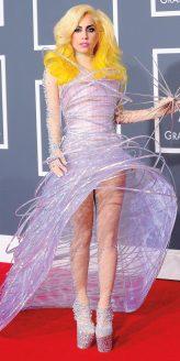 Red Carpet - Lady Gaga vestindo Armani Privé no 52º Grammy em 2010.