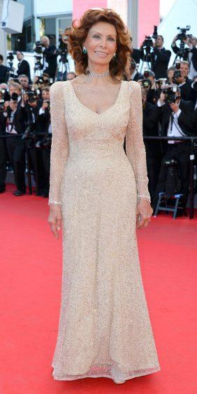 Red Carpet - Sophia Loren vestindo Armani Privé no 67º Festival de Cannes em 2014.