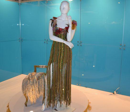 Vestido de Vera Arruda exposto.