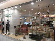 Vitrine de uma das lojas Laura Ashley em shopping.