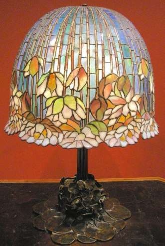 Lampada da tavolo pomb lily por Louis comfort Tiffany, por volta de 1900-10.