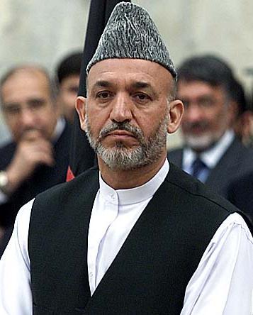 O político afegão Hamid Karzai usando um chapéu Caracul Afegão.