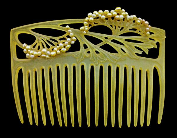 Acessório de cabelo por Louis Aucoc.