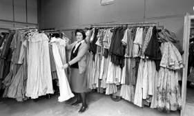 Laura Ashley com seus vestidos.