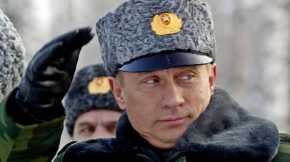 O político russo Vladimir Putin usando um chapéu Caracul.