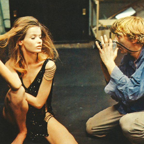 Cena do filme Blow Up com o ator David Hemmings e a modelo Veruschka.