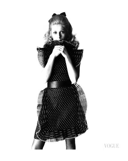 Catherine Deneuve por David Bailey para Vogue em 1966.