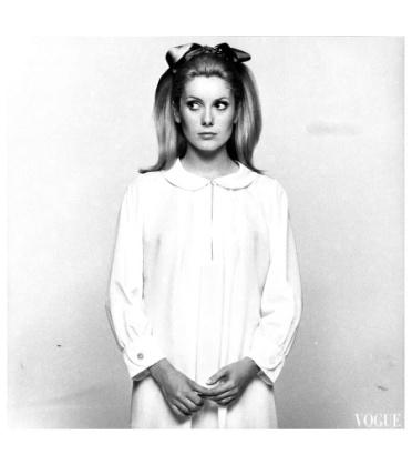 Catherine Deneuve por David Bailey para Vogue em 15 de Novembro de 1966.