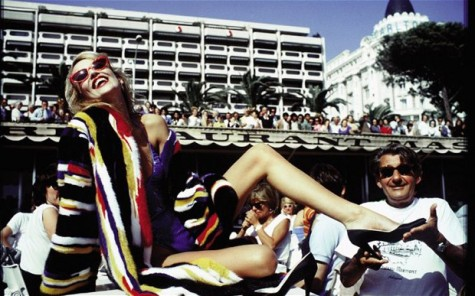 Jerry Hall e Helmut Newton, em Cannes em 1983 por David Bailey