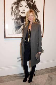 """Kate Moss com """"Kate Moss por David Bailey"""" em 3 de Fevereiro de 2014."""
